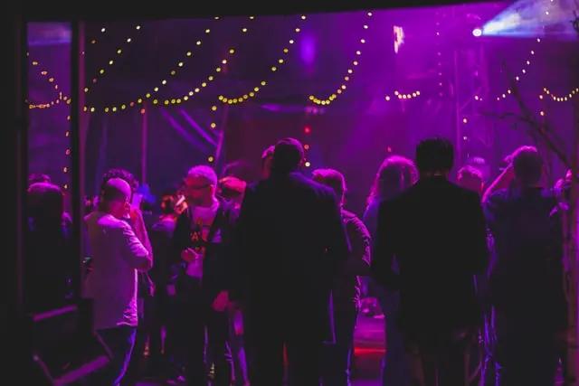 Una fiesta con iluminación magenta