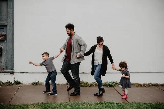 Familia caminando tomados de la mano