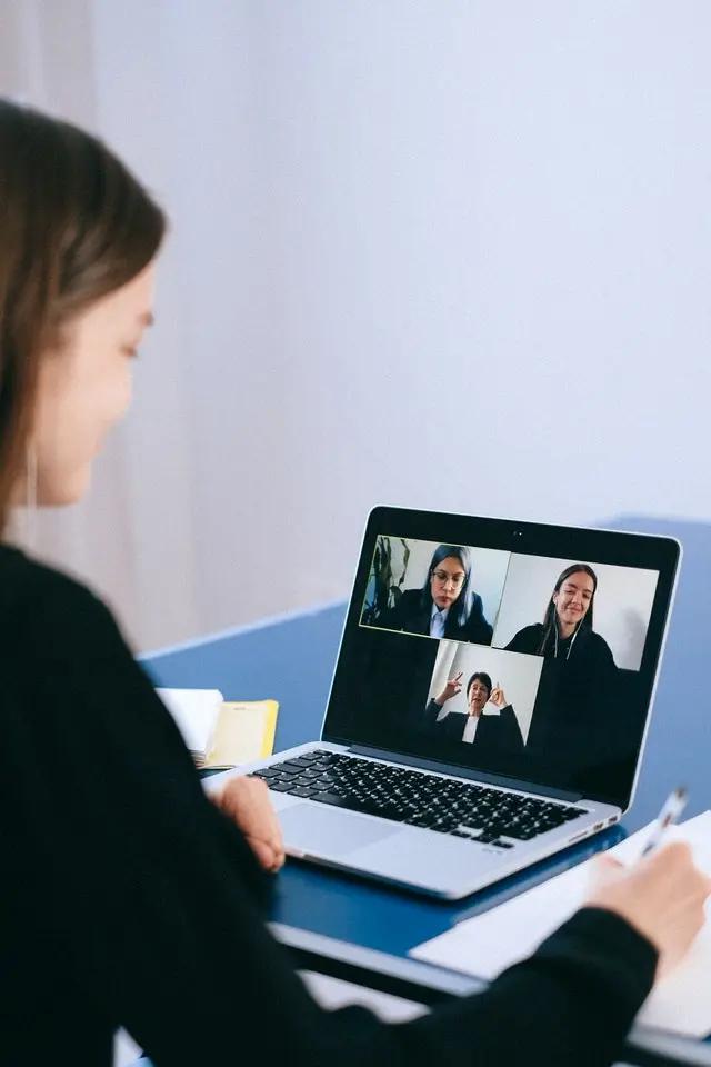 Una mujer participa en una junta en línea