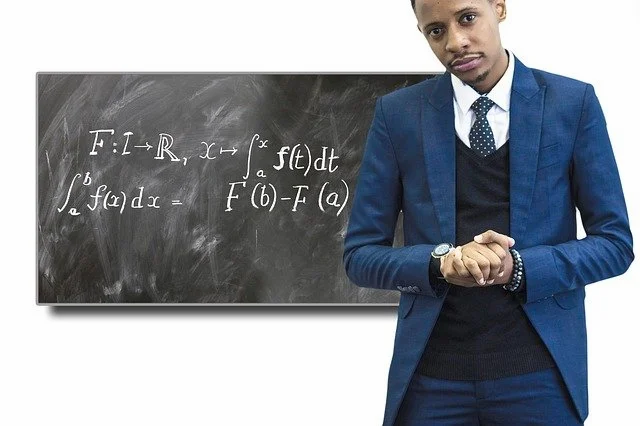 Un profesor mostrando una fórmula en un pizarrón