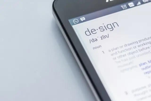 """Smartphone cuya pantalla muestra la definición de la palabra """"desing"""""""