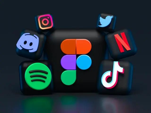 Cubos con logotipos de redes sociales