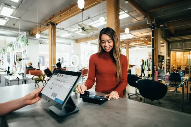 Chica con una tablet en las oficinas de Google