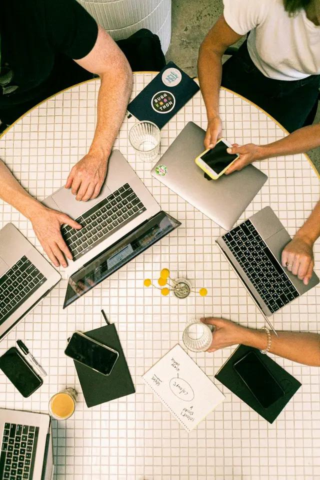 Personas trabajando en una mesa