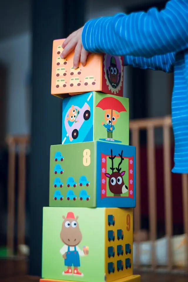Manos de un bebé jugando unos cubos didácticos