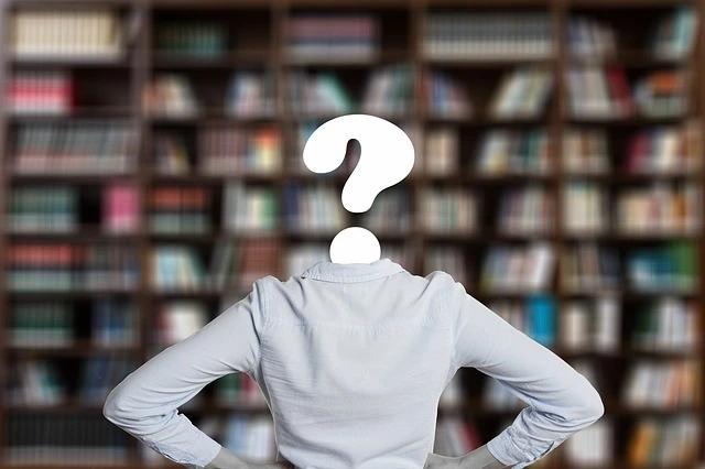 Una mujer, cuya cabeza es un signo de interrogación, mira hacia un librero