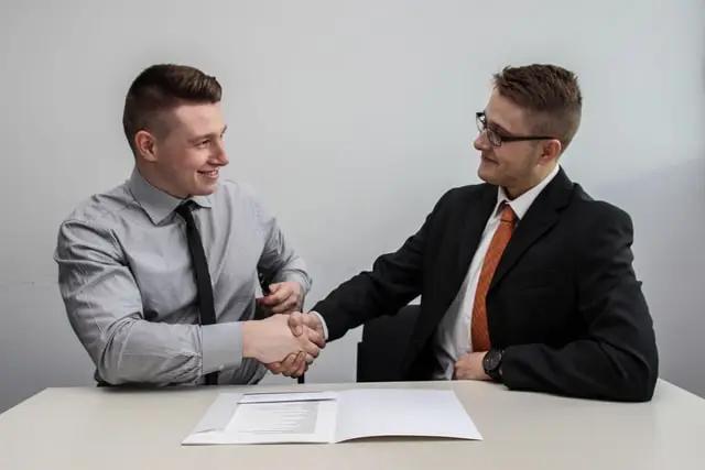 Dos personas cerrando un trato