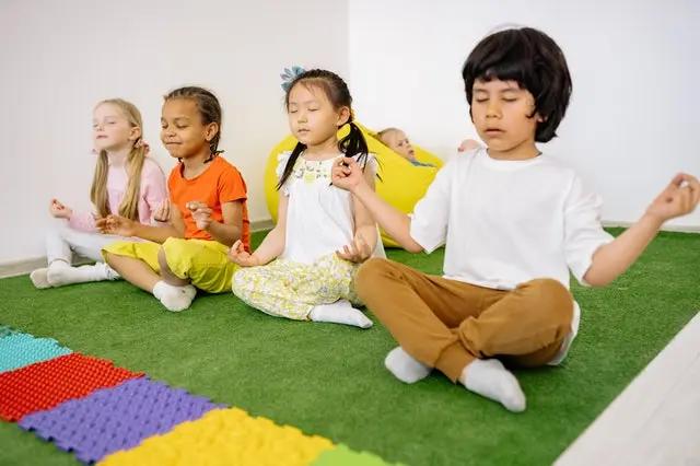 Niños meditando en posición flor de loto