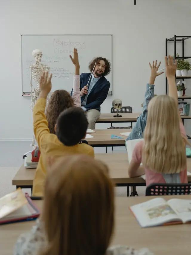 Un maestro dando una clase