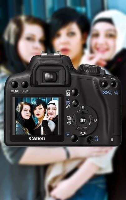 Tres chicas posando para una cámara fotográfica