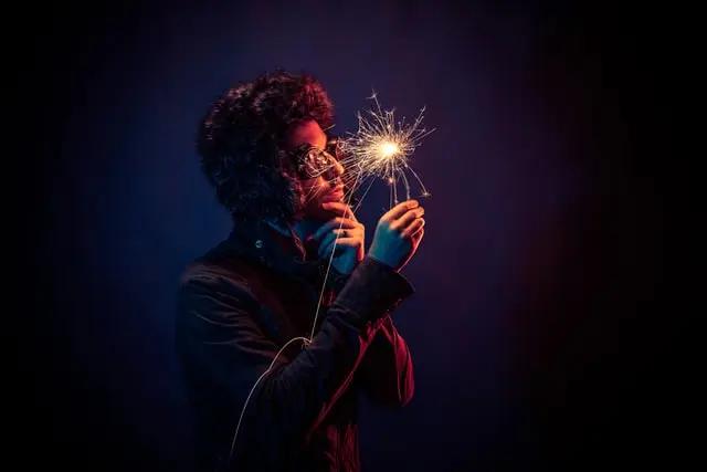 Hombre mirando una luz de bengala