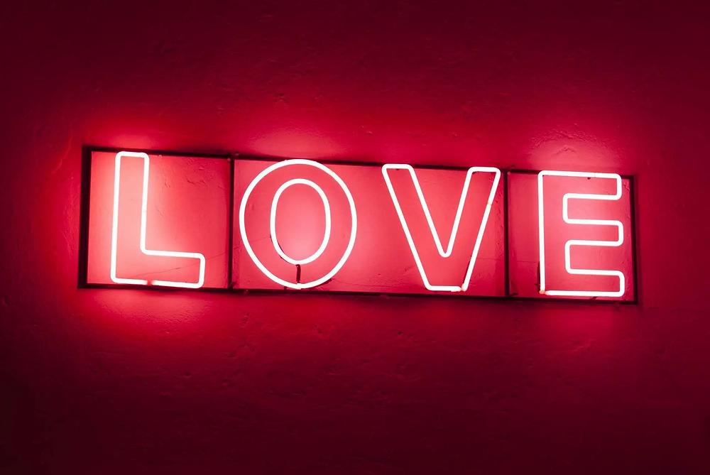 """Un letrero de luces neon que dice """"Love"""""""