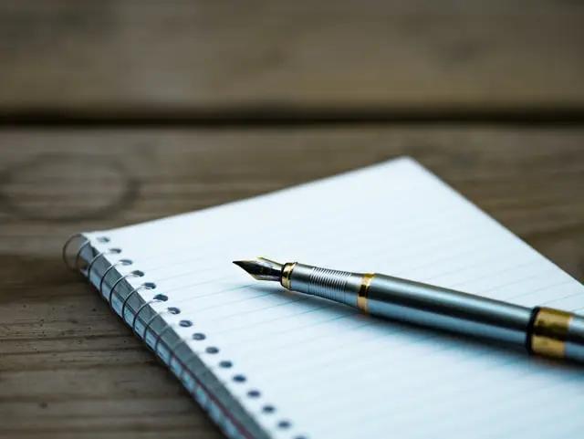 Una pluma fuente sobre una libreta