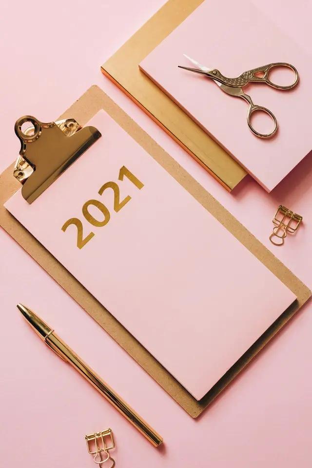 Una agenda, libreta, bolígrafo y artículos de oficina
