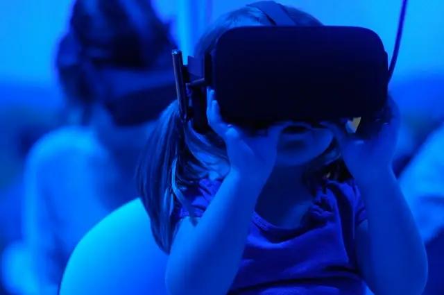 Niña con visor de realidad virtual
