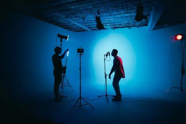Grabación de vídeo en un estudio con luces azules