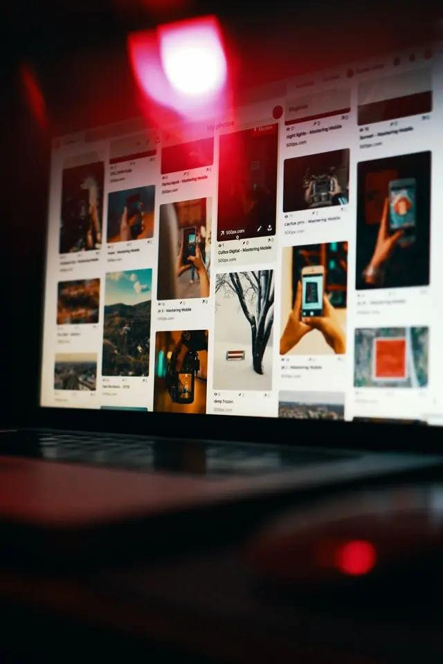 Una laptop mostrando una página de internet