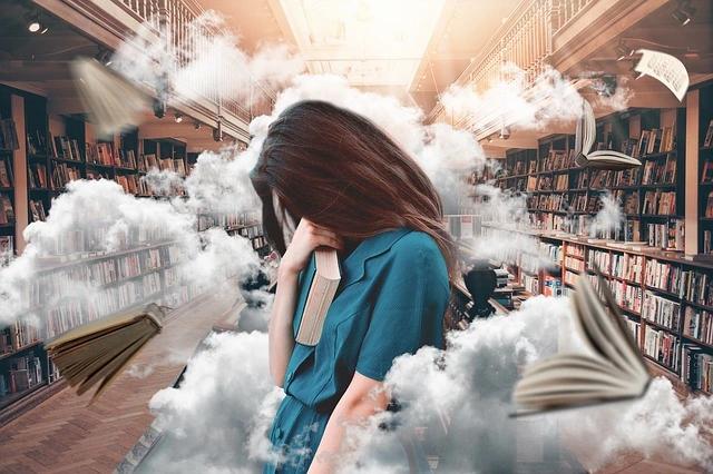 Una maestra estresada. Vemos humo y libros volando alrededor de ella