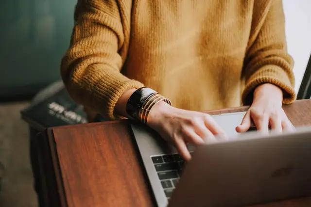 Persona escribiendo en laptop