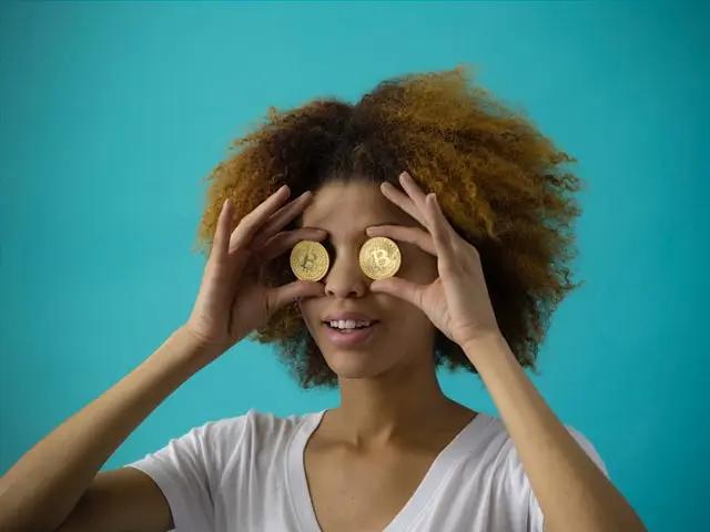 Una chica sostiene dos monedas y simula que son sus ojos
