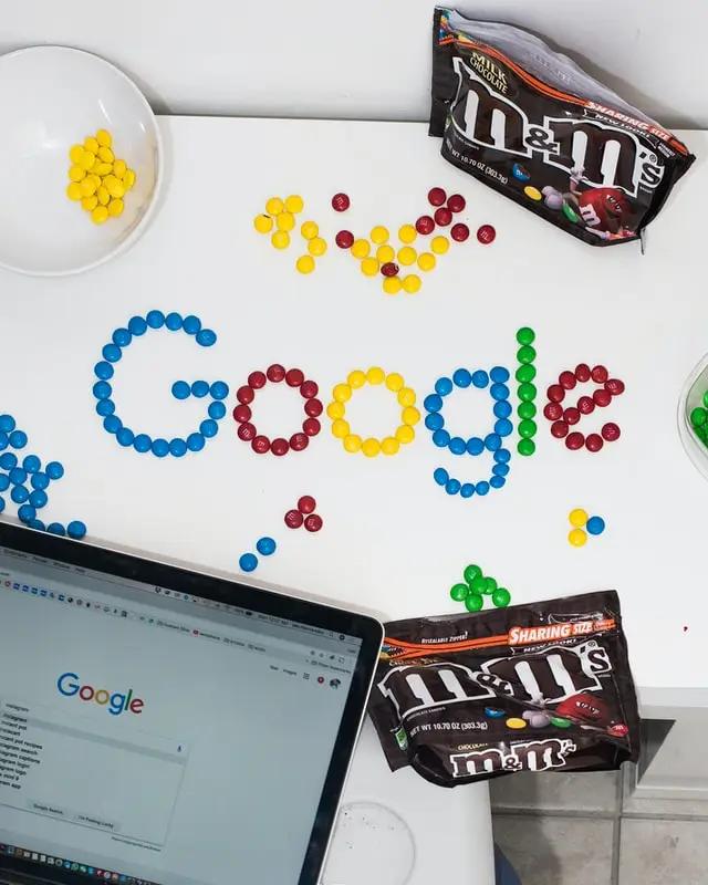 El logo de Google escrito con chocolates m&m's