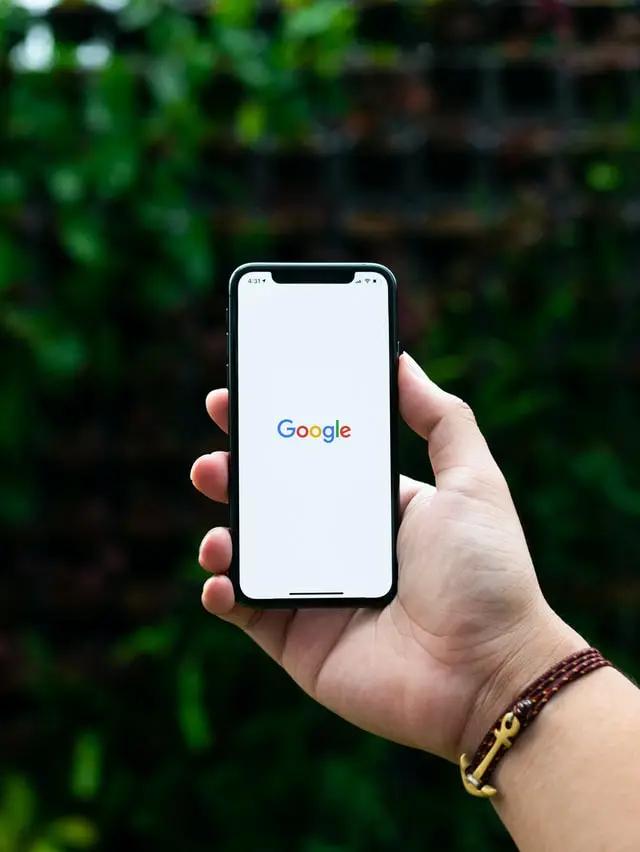 Una mano sostiene un smartphone con el logo de Google en la pantalla