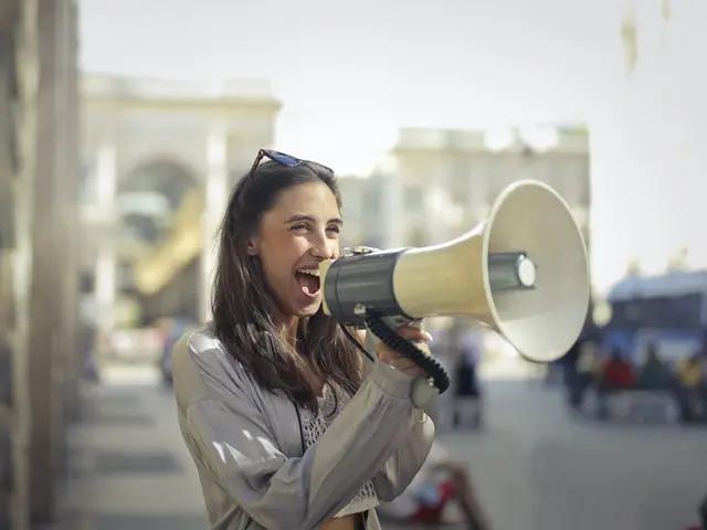 Chica con megáfono