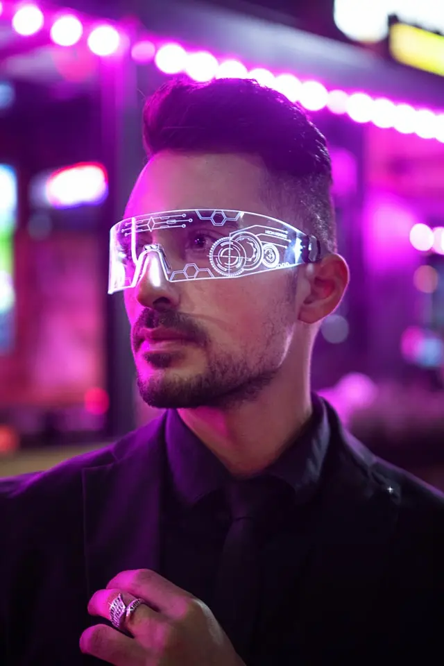 Hombre con lentes de realidad aumentada
