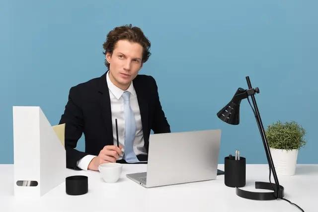 Un jefe detrás de un escritorio