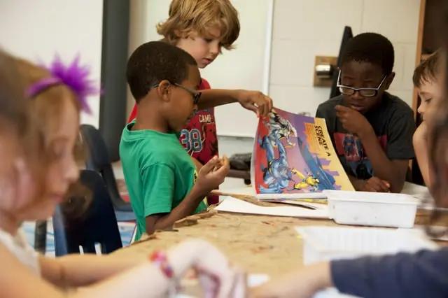 Niños leyendo un comic en la escuela