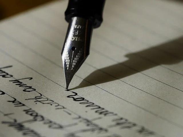 Pluma fuente escribiendo en una libreta