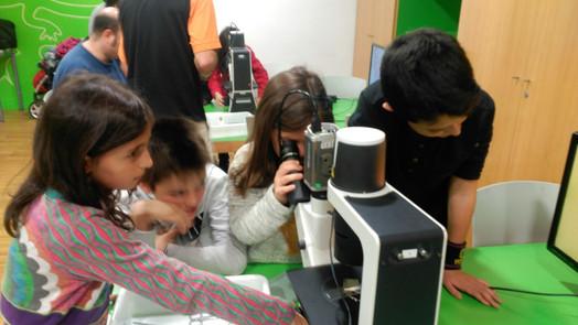 """Taller """"Microscopis i lupes"""" al CosmoCaixa BCN"""