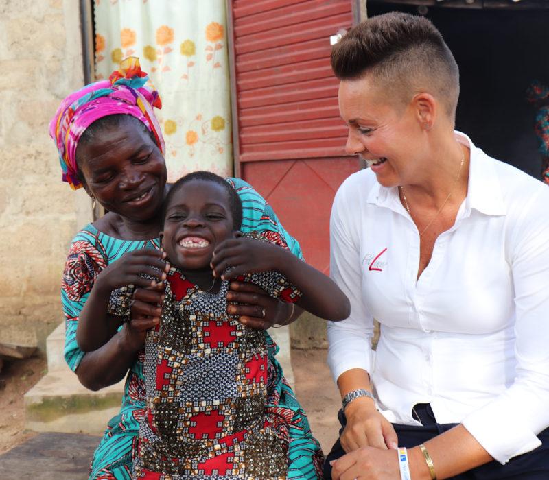 Yasmine på 6 år og moren hennes møter Liz Nelson-Beer fra PM We Care teamet
