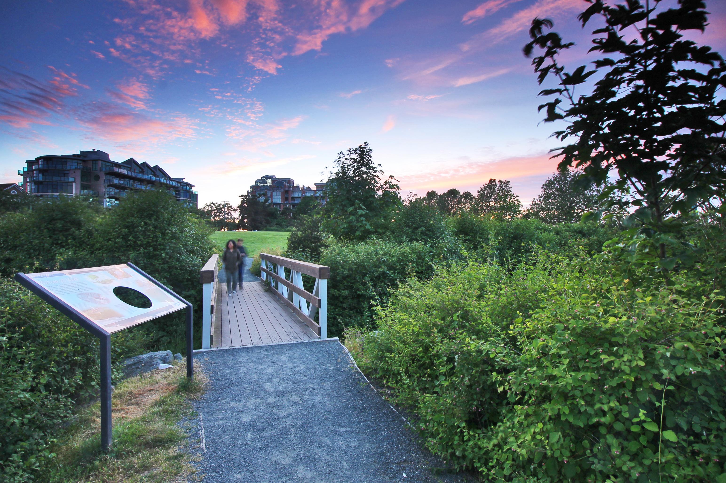 evening-people-crossing-bridge_02jpg