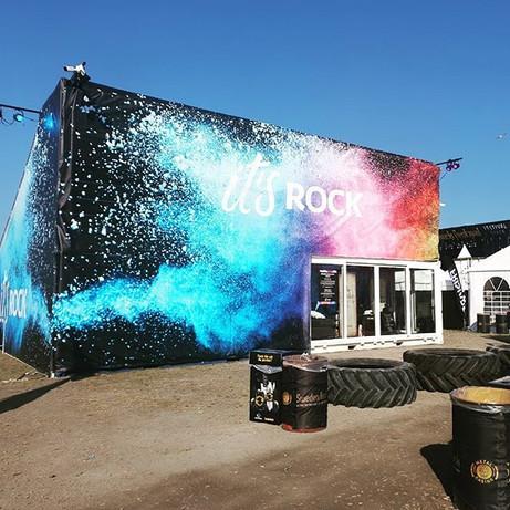 Uppdrag hos Sweden Rock i Sölvesborg där vårt team under en härlig sommarnatt fick den färgglada vepan på plats.