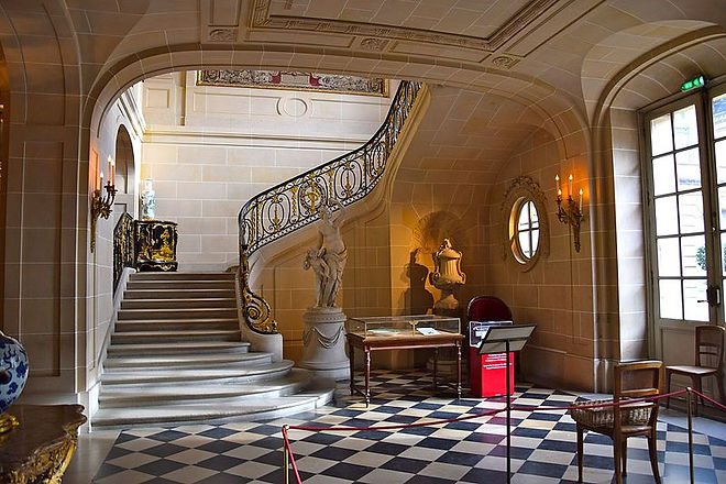Stairway_in_Musée_Nissim_de_Camondo_5.JP