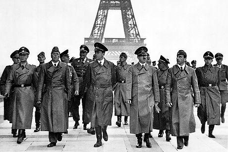 Adolf_Hitler,_Eiffel_Tower,_Paris_23_Jun