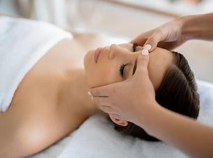 massage-du-visage_1098-15846.jpg