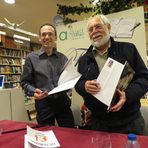 Firmando ejemplares en Librería Arenas