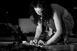 Gabriela Rosales Preparando el altar