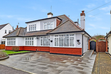 3 bed chalet-bungalow, Meadow Way, Upminster - £550,000