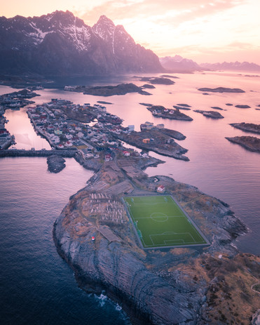 Henningsvaer, Fotbollsplan