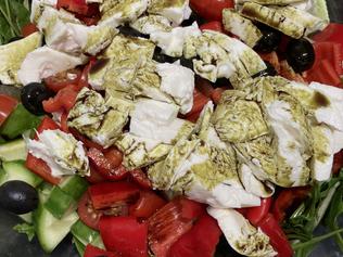 Mozzarella salad with hemp seeds