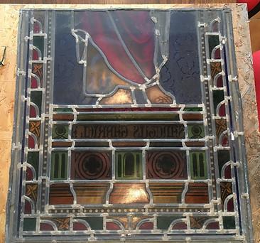 Base du vitrail en attente de restauration