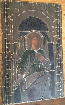Vitrail central de Saint Gabriel en attente de restauration