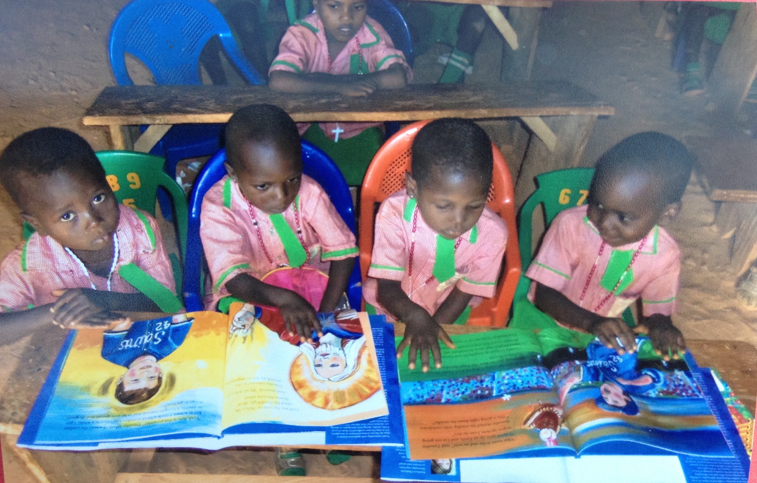 CHILDREN READING, NIGERIA, AFRICA
