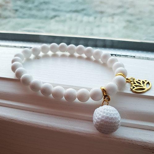 Armband - VIT JADE med vit pompom