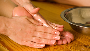 Så här gör du ayurvedisk massage med olja (Abhyanga)