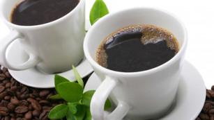 majonnäsburken och två koppar kaffe