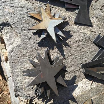 Étoiles et hâches en métal